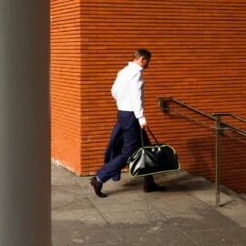uomo con valigetta ventiquattrore